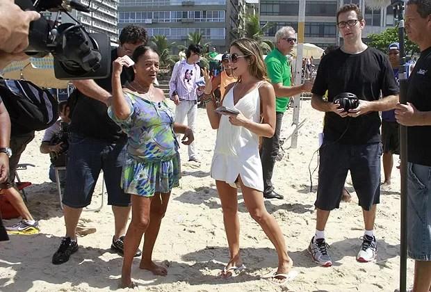 Patrícia Abravanel grava na praia do Leblon (Foto: Dilson Silva / AgNews)