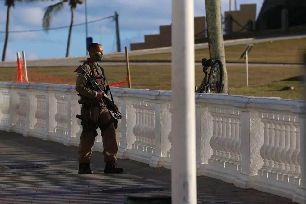 Policial militar que 'surtou' e disparou tiros para cima na região do Farol da Barra, em Salvador no entrono do Farol da Barra — Foto: Alberto Maraux / SSP-BA