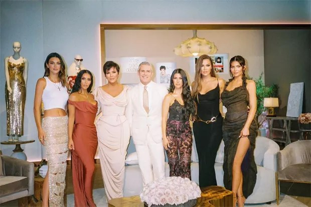 Kardashian sisters reunion for Keeping Up With the Kardashians (Photo: Reproduction/Instagram)