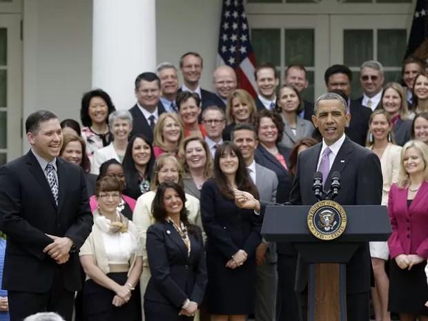 Obama discursa com os melhores professores de cada estado dos EUA ao fundo; brasileiro Alexandre Lopes (de terno cinza), que dá aulas na Flórida, foi finalista do prêmio 'Professor do Ano' (Foto: Pablo Martinez Monsivais/AP)