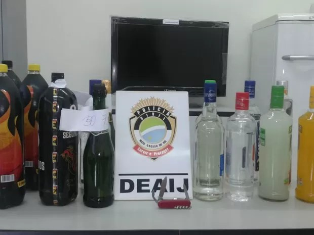 Bebidas alcoólicas, canivete e drogas apreendidas (Foto: Osvaldo Nóbrega/ TV Morena)