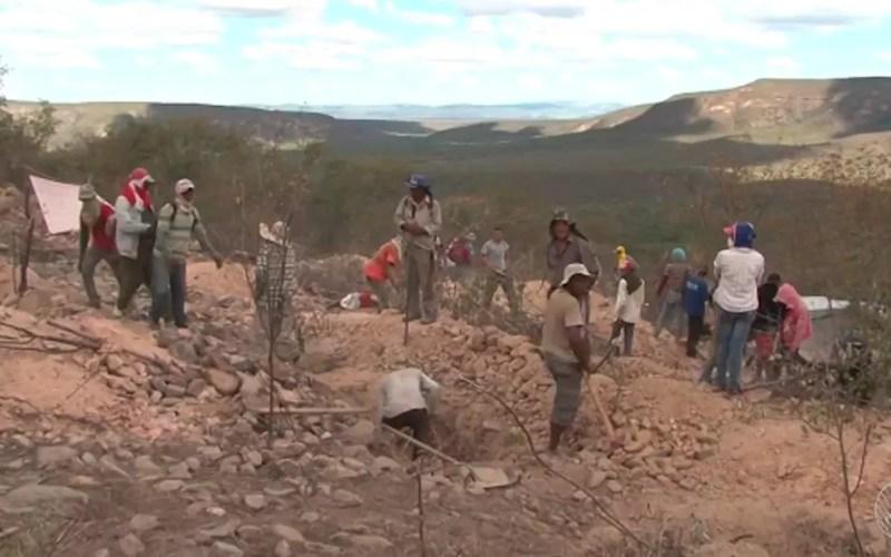 Descoberta de mina tem atraído centenas de pessoas a Sento Sé (Foto: Reprodução/ TV São Francisco)