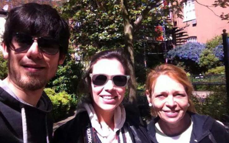 Amanda com o marido e a mãe, que se mudou para Londres para cuidar da filha (Foto: Arquivo Pessoal)