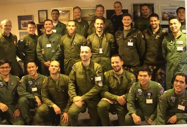 Brasileiros, capitães Gustavo Pascotto (na segunda fila, o terceiro da esquerda para a direireita) e Ramon Fórneas (atrás de Gustavo) (Foto: Arquivo Pessoal)