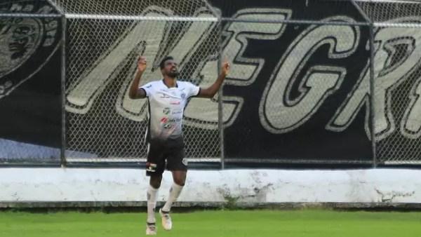 Dinda comemora o segundo gol do ASA