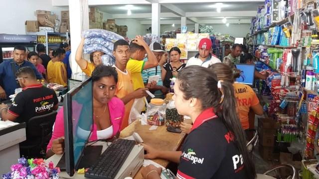 Venezuelanos fazem fila para comprar mantimentos em comércio na fronteira do Brasil após anúncio de fechamento da fronteira — Foto: Alan Chaves/G1 RR