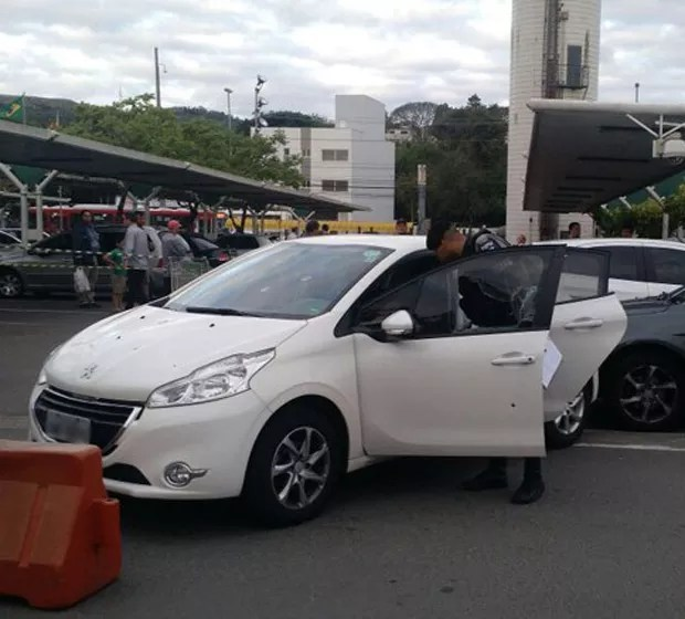 Carro estava no estacionamento de um supermercado na Zona Sul de Porto Alegre (Foto: Divulgação/BM)