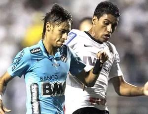 Neymar e Paulinho na partida do Corinthians contra o Santos (Foto: Nelson Antoine / AP)