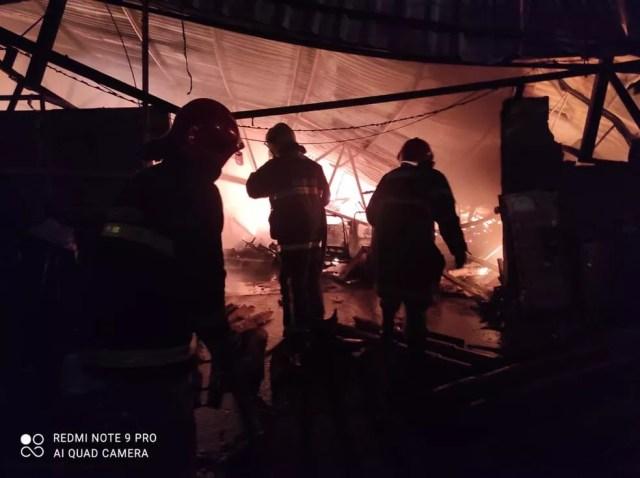 De acordo com os bombeiros, o incêndio foi registrado no pátio de uma loja no bairro da Manga, em Várzea Grande — Foto: Corpo de Bombeiros de Mato Grosso