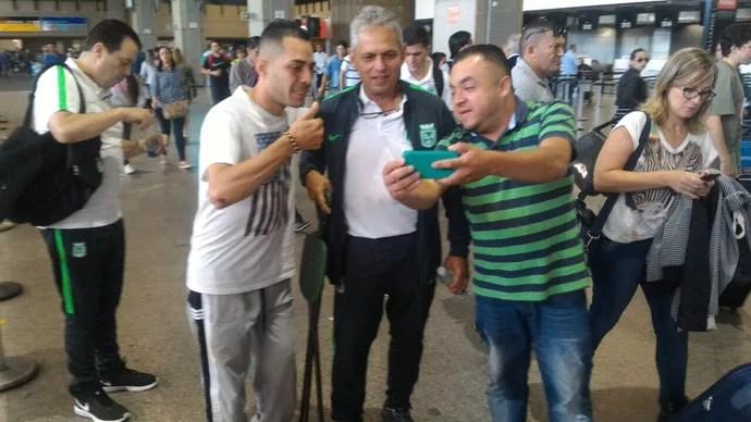 Treinador Reinaldo Rueda, do Atlético Nacional, é tietado no aeroporto de Guarulhos (Foto: Reprodução)
