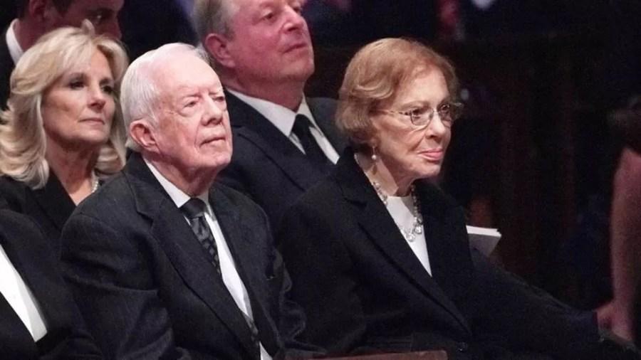 Jimmy e Rosalynn Carter (com Jill Biden e o ex-vice-presidente Al Gore atrás) no funeral do ex-presidente George H.W. Bush em 2018 — Foto: AFP