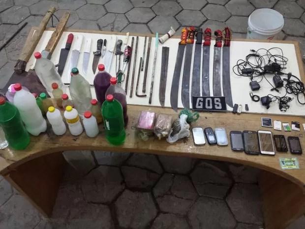 Revista no Pjallb, no Complexo do Curado, encontrou seis facões  (Foto: Divulgação/Seres)