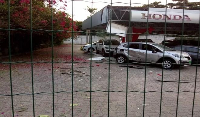 Criminosos atacam concessionária de veículos na Avenida Washington Soares em Fortaleza. — Foto: Rafaela Duarte/Sistema Verdes Mares
