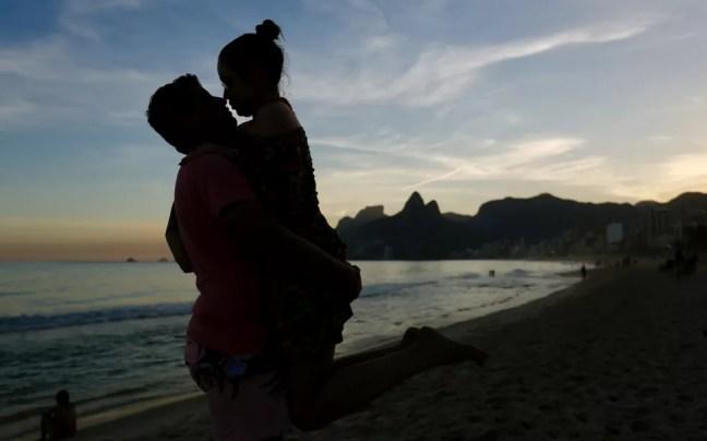 Isadora e Gabriel aproveitaram o pôr do sol para a foto clássica na praia   — Foto: Marcos Serra Lima/ G1 Rio