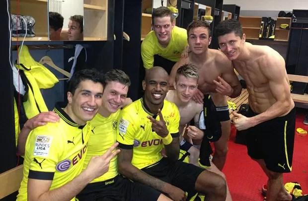 Borussia dortmund comemora vitória diante do Stuttgart  (Foto: Reprodução / Facebook)