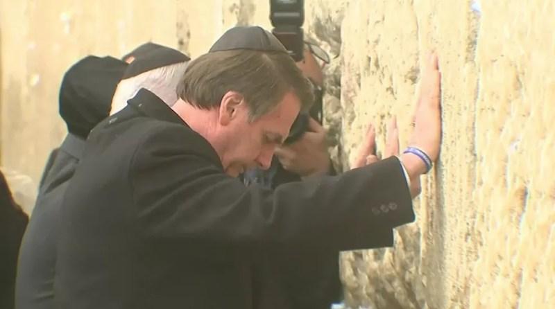 O presidente Jair Bolsonaro ao lado de Benjamin Netanyahu, em visita ao Muro das Lamentações, em Jerusalém nesta segunda-feira (1º) — Foto: Reprodução/GloboNews