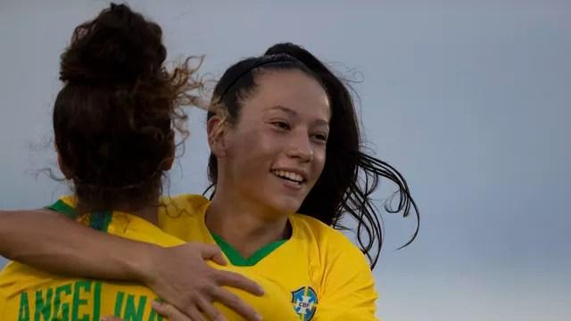 Bruninha se abraça e comemora gol do Brasil com Angelina