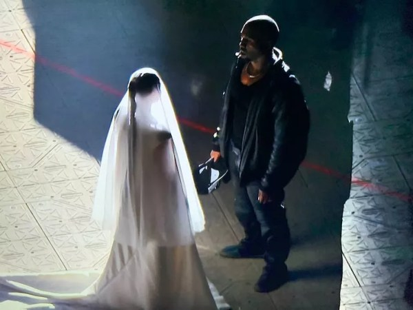 Kim Kardashian dressed as a bride at the Kanye West concert (Photo: publicity)