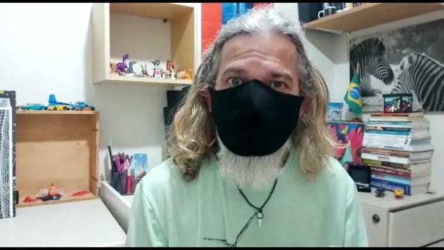 Biólogo Robson Garrido explica como agir após ter contato com caravelas — Foto: Reprodução/TV Globo