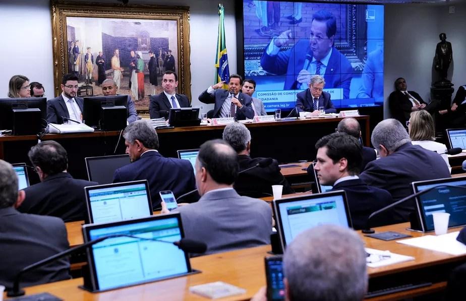 CCJ rejeita parecer que recomendava continuidade da denúncia contra Temer