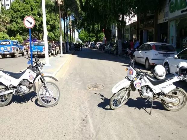 Polícia bloqueia ruas que dão acesso a banco onde homem está amarrado a explosivos na Bahia (Foto: Blog do Sigi Vilares)