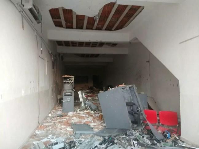 Agência bancária ficou destruída após explosão, em Coremas, na Paraíba, no mês de outubro — Foto: Reprodução/TV Paraíba
