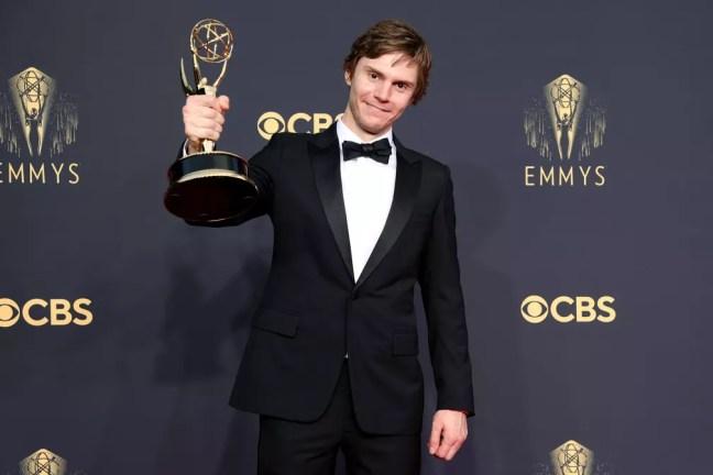 Evan Peters mostra a estatueta no Emmy 2021 — Foto: Rich Fury/Getty Images North America/Getty Images via AFP