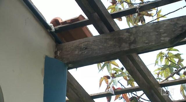 Bandidos entraram pelo telhado e roubaram a merenda da escola — Foto: Reprodução/TV Mirante