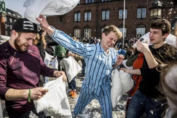 Participantes travam guerra de travesseiros em Copenhague (Foto: Nikolai Linares/Scanpix Denmark/Reuters)