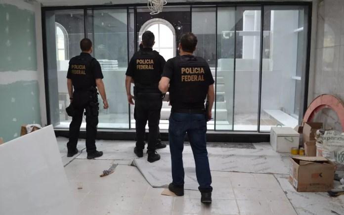 Agentes da PF no interior de apartamento de vice-presidente da Guiné — Foto: Divulgação/Polícia Federal