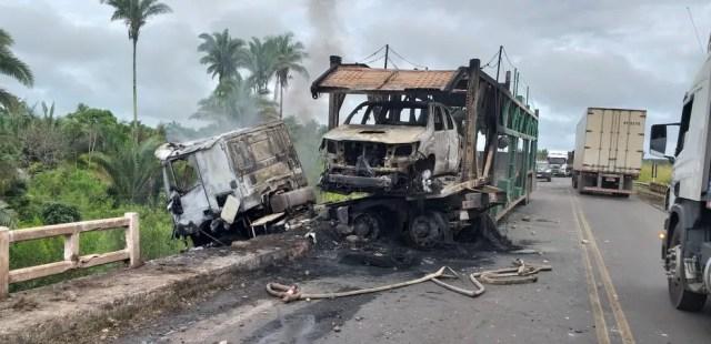 Cabine do caminhão e automóvel que estava sendo transportado foram destruídos pelas chamas.  — Foto: Divulgação/Polícia Rodoviária Federal
