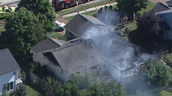 Imagem aérea mostra fumaça na casa em que avião caiu nesta quinta-feira (25) em Columbus, Indiana (Foto: Reuters)