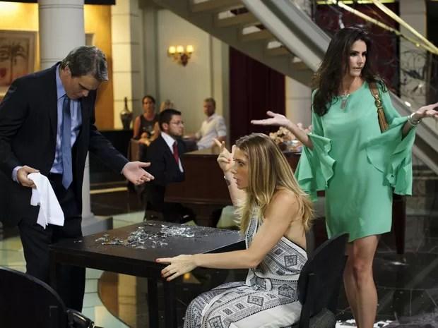 Barraco! Amanda faz escândalo ao ver Carlos e Antonia juntos (Foto: Salve Jorge/TV Globo)