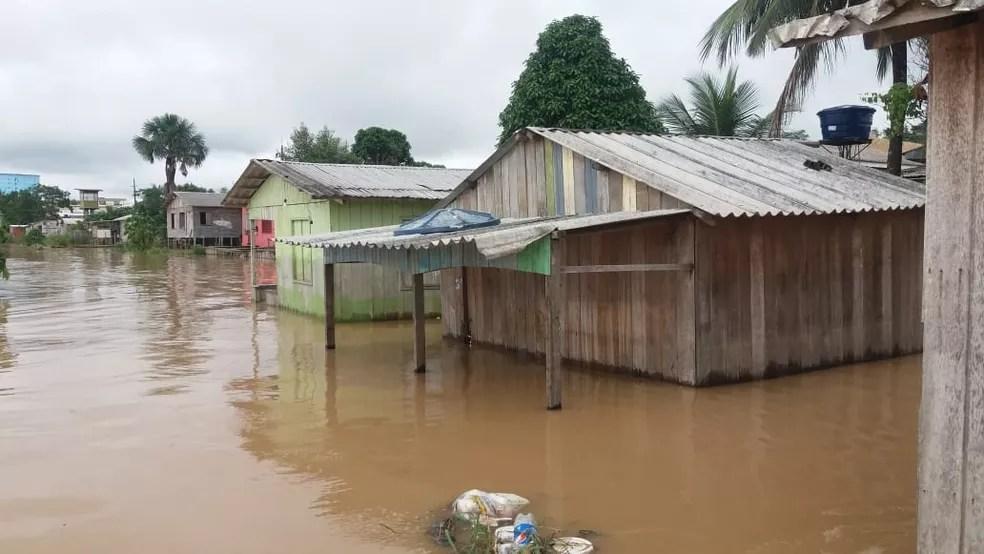 Nível do Rio Juruá continua subindo em Cruzeiro do Sul — Foto: Mazinho Rogério/G1