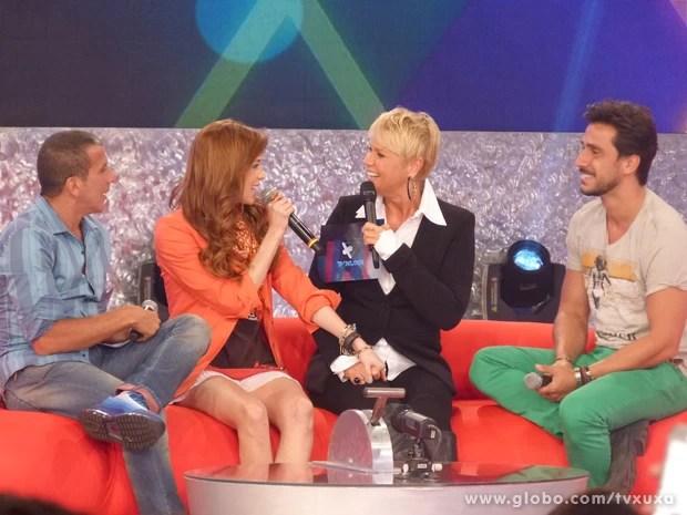Xuxa conversa com jurados antes de começar o 'Me Convence Aí' (Foto: TV Xuxa / TV Globo)