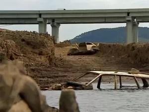 Veículos antes submersos na represa do Atibainha voltam a aparecer com seca. (Foto: Eduardo de Paula/ TV Vanguarda)