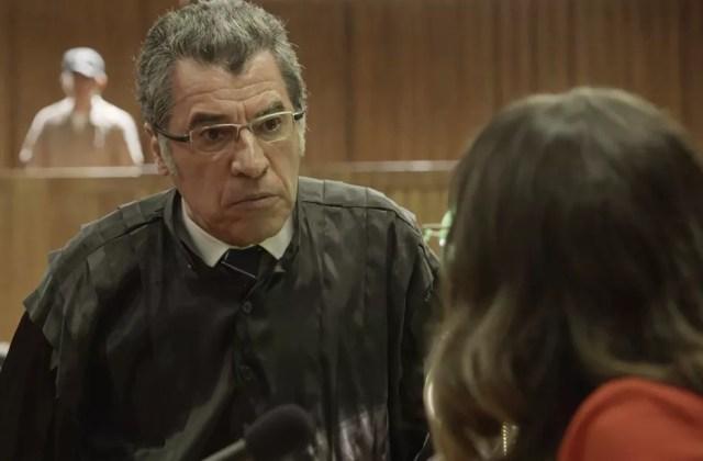 Maurício consegue distorcer informações e apontar Clara como suspeita de crimes (Foto: TV Globo)