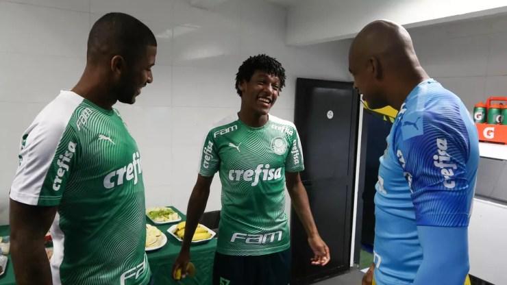 Pedro Acacio com Emerson Santos e Jailson antes do clássico contra o Santos — Foto: Cesar Greco / Ag. Palmeiras