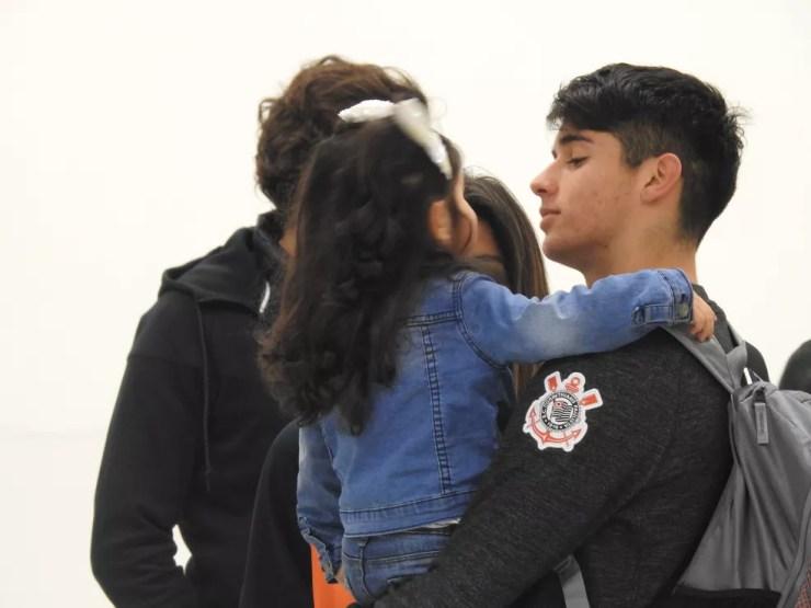 Araos com a filha nos corredores da Arena Corinthians, no último sábado (Foto: Marcelo Braga)