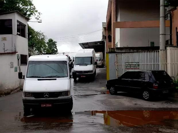 Movimentação de carros na porta de empresa investigada em Contagem. (Foto: Pedro Ângelo/ G1)