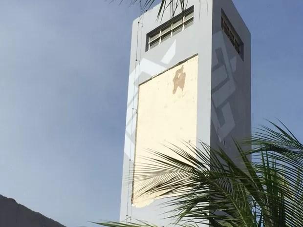 Placa da caixa d'água caiu sobre o teto (Foto: Walter Paparazzo/G1)