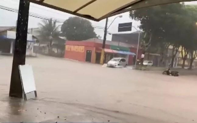 Temporal alaga ruas de Nova Viçosa e cidade registra registra volume de chuva para 2 meses em 24 horas — Foto: Reprodução/TV Bahia