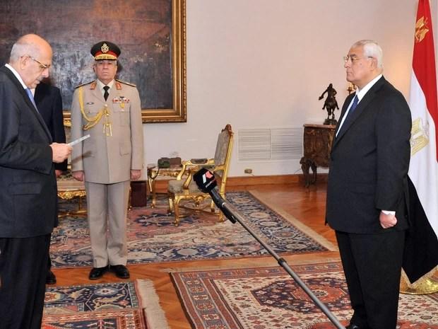 Mohamed ElBaradei, à esquerda, toma posse como vice-presidente interino no Egito, neste domingo (14), em frente ao presidente interino Adli Mansour, no Cairo (Foto: AFP)