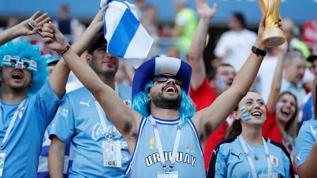 Torcedor Uruguai com taça da Copa. Foto: REUTERS/Carlos Garcia Rawlins