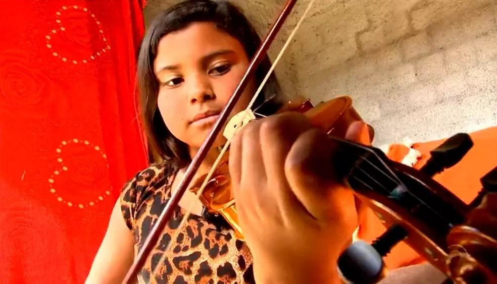 Emellyn aprendeu a tocar violino no projeto — Foto: Reprodução/RBS TV
