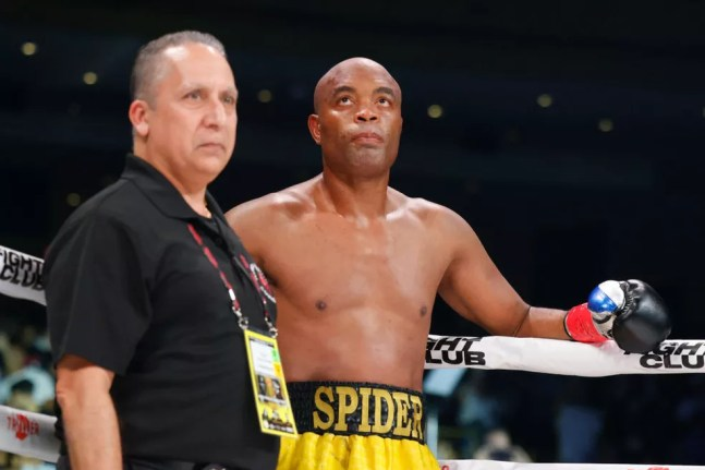Anderson Silva derrotou Tito Ortiz por nocaute — Foto: Douglas P. DeFelice/Getty Images
