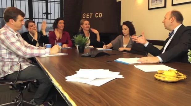 Esse pessoal fez um vídeo simulando uma reunião em que todos os funcionários agem como crianças com o chefe (Foto: Reprodução)