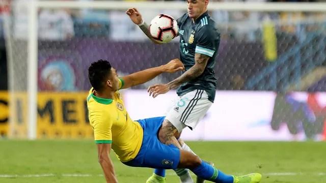 Casemiro disputa jogada durante Brasil x Argentina