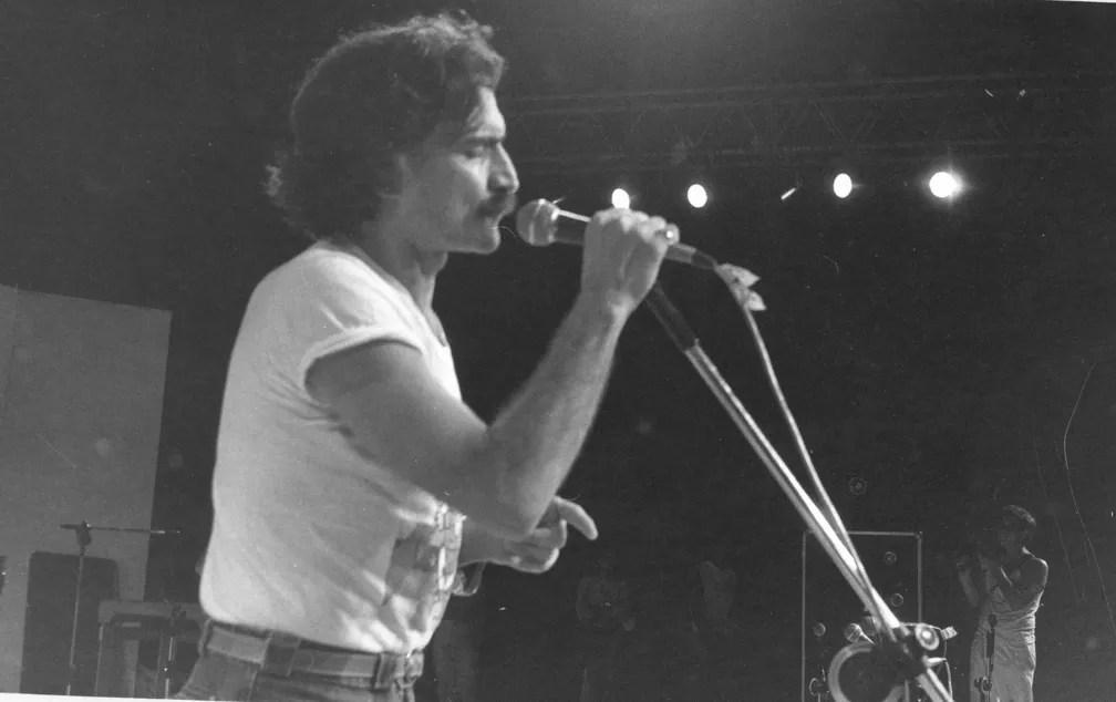 Belchior durante o festival de Águas Claras, em Iacanga, interior de SP, em 1984 (Foto: Jair Aceituno/Estadão Conteúdo)