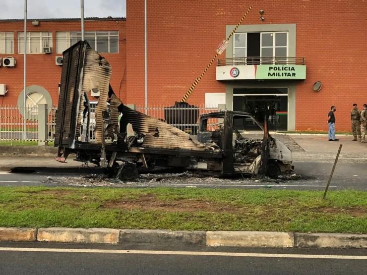 Veículo incendiado pelos criminosos em Criciúma — Foto: Janniter de Cordes